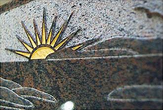 Ornament hallandsgnejs polerad finhuggen yta med guld i solen
