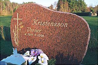 Polerad svensk granit med huggna kanter och guldtext